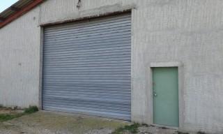 coté ouest grande porte et petite porte d'entrée - A louer entrepôt à Sainte Tulle proche Manosque